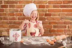 Cozinheiro chefe pequeno feliz na cozinha Imagem de Stock Royalty Free