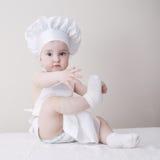 Cozinheiro chefe pequeno no retrato branco do fundo Fotos de Stock Royalty Free
