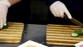 Cozinheiro chefe profissional que cozinha, trabalhando e preparando o alimento na cozinha do restaurante video estoque