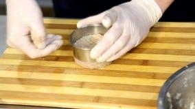 Cozinheiro chefe profissional que cozinha, trabalhando e preparando o alimento na cozinha do restaurante vídeos de arquivo