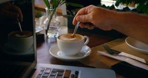 Cozinheiro chefe que agita o café com colher 4k video estoque