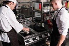 Cozinheiro chefe que compartilha de pontas dos segredos das habilidades da experiência imagens de stock