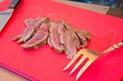 Cozinheiro chefe que corta a carne grelhada Fotos de Stock
