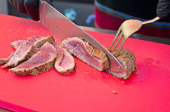 Cozinheiro chefe que corta a carne grelhada Imagens de Stock Royalty Free
