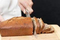 Cozinheiro chefe que corta o pão de banana Fotos de Stock