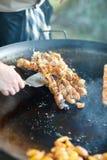 Cozinheiro chefe que cozinha a carne Foto de Stock