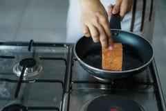 Cozinheiro chefe que cozinha em um restaurante fotografia de stock royalty free