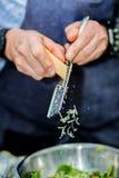 Cozinheiro chefe que cozinha na cozinha que faz o alimento saudável com vegetais fotografia de stock royalty free