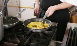 Cozinheiro chefe que cozinha o rigatoni com vegetais Fotos de Stock Royalty Free