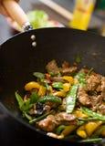 Cozinheiro chefe que cozinha o wok Fotos de Stock Royalty Free