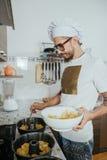 Cozinheiro chefe que cozinha a pastelaria Foto de Stock