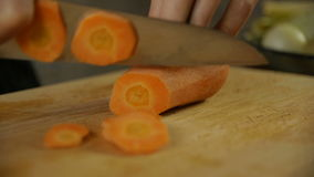 Cozinheiro chefe que desbasta a cenoura em fatias filme