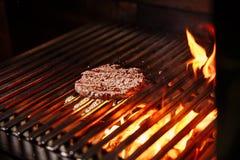 Cozinheiro chefe que faz o hamburguer Cozinhando o Hamburger Costoleta da carne ou da carne de porco que grelha na grade foto de stock royalty free