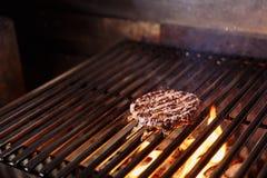 Cozinheiro chefe que faz o hamburguer Cozinhando o Hamburger Costoleta da carne ou da carne de porco que grelha na grade fotos de stock royalty free