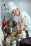 Cozinheiro chefe que faz os pratos fotos de stock