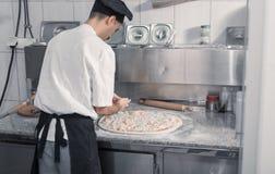 Cozinheiro chefe que faz a pizza Fotografia de Stock