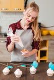 Cozinheiro chefe que faz a sobremesa doce na cozinha cookery fotos de stock royalty free