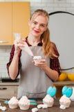 Cozinheiro chefe que faz a sobremesa doce na cozinha cookery foto de stock royalty free