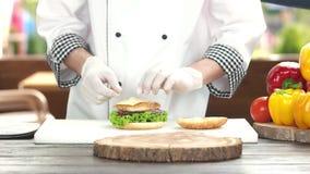 Cozinheiro chefe que faz um hamburguer da galinha video estoque