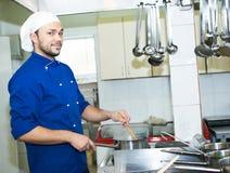 Cozinheiro chefe que ferve uma sopa Imagem de Stock