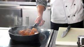 Cozinheiro chefe que frita as asas de galinha vídeos de arquivo