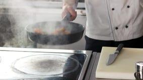 Cozinheiro chefe que frita as asas de galinha, molho vídeos de arquivo