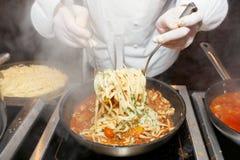 Cozinheiro chefe que frita mexilhões Fotografia de Stock Royalty Free