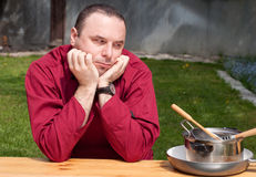 Cozinheiro chefe que olha pratos vazios, Imagem de Stock Royalty Free
