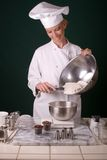 Cozinheiro chefe que pesa a farinha Fotografia de Stock Royalty Free