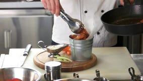 Cozinheiro chefe que prepara as asas de galinha video estoque