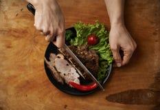 Cozinheiro chefe que prepara a carne Imagem de Stock Royalty Free