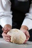 Cozinheiro chefe que prepara a massa de pão Imagens de Stock
