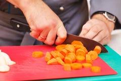 Cozinheiro chefe que prepara o alimento Fotografia de Stock