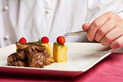 Cozinheiro chefe que prepara o alimento Fotografia de Stock Royalty Free