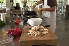 Cozinheiro chefe que prepara o alimento na cozinha Imagem de Stock