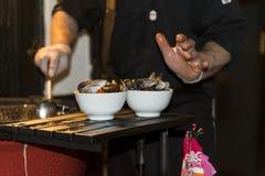 Cozinheiro chefe que prepara o marisco na grade Fotos de Stock Royalty Free