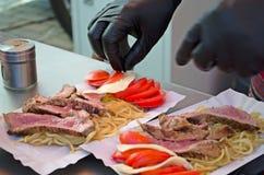Cozinheiro chefe que prepara o prato Fotos de Stock