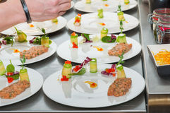 Cozinheiro chefe que prepara o tártaro vermelho do atum e dos salmões Imagem de Stock Royalty Free