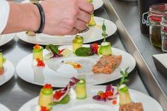Cozinheiro chefe que prepara o tártaro vermelho do atum e dos salmões Fotos de Stock