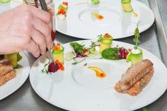 Cozinheiro chefe que prepara o tártaro vermelho do atum e dos salmões Foto de Stock