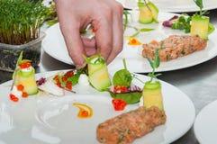 Cozinheiro chefe que prepara o tártaro vermelho do atum e dos salmões Imagens de Stock Royalty Free