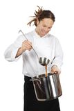Cozinheiro chefe que prepara a sopa no grande potenciômetro Imagem de Stock