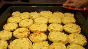 Cozinheiro chefe que prepara tortas Processo de cozimento Alimento tradicional Carne triturada baking vídeos de arquivo