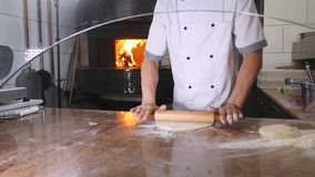 Cozinheiro chefe que prepara uma pizza Lugar da pizza Preparação de alimento Cozinheiro chefe da pizza Cozinheiro chefe que lanç  filme