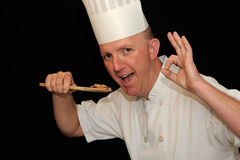 Cozinheiro chefe que prova o alimento delicioso fotografia de stock royalty free