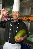Cozinheiro chefe que semeia a uva vermelha Fotografia de Stock