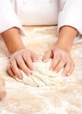 Cozinheiro chefe que trabalha a massa de pão Imagem de Stock