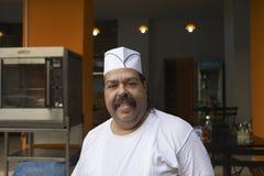 Cozinheiro chefe seguro In Commercial Kitchen Fotografia de Stock Royalty Free