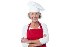 Cozinheiro chefe seguro da mulher que levanta à câmera Fotos de Stock