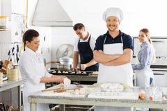 Cozinheiro chefe seguro Standing Arms Crossed quando Fotos de Stock Royalty Free